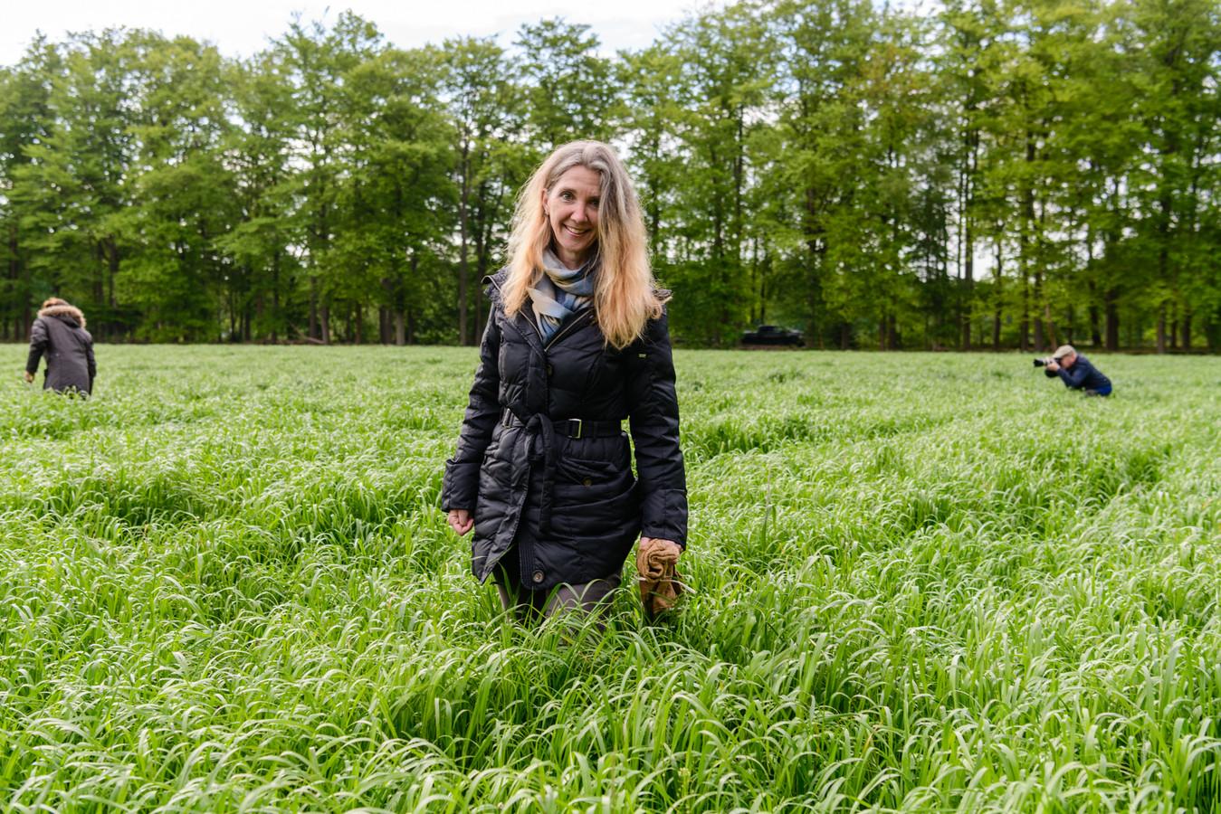 Vrijwilliger Yvette van den Berg loopt al jaren mee. De juten zak in haar hand is bedoeld om daar een gevonden reekalf in te doen.