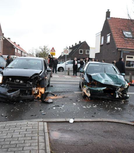 Aanrijding in Almelo: 1 gewonde met spoed naar ziekenhuis