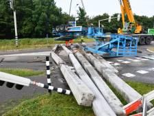 Vrachtwagen met heipalen gekanteld; N57 bij Serooskerke (S) was bijna hele ochtend gestremd