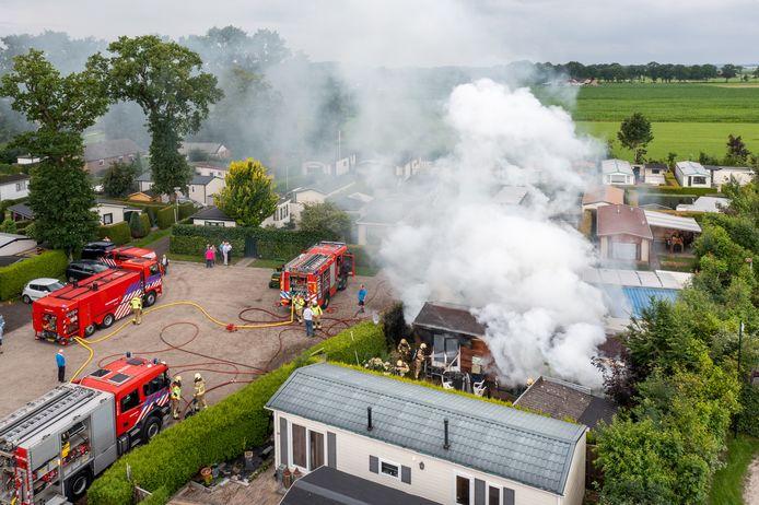 De brandweer kon voorkomen dat het vuur oversloeg naar omliggende chalets.