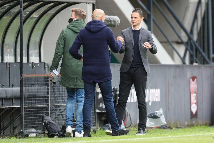Rogier Meijer schudt collega-trainer Jurgen Streppel de hand voor het play-offduel met Roda JC.