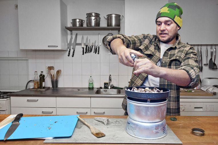 Koken op een kookstel van 760 gram is kicken, vindt Baldrick. © Marc Driessen Beeld