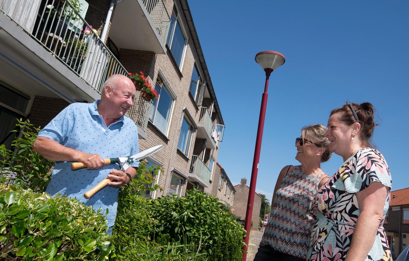 Henk van den Bosch voor zijn flat aan de Margrietstraat in Vreeswijk, in gesprek met twee bovenbuurvrouwen. Het flatcomplex wordt gesloopt en Van den Bosch moet wéér verhuizen.