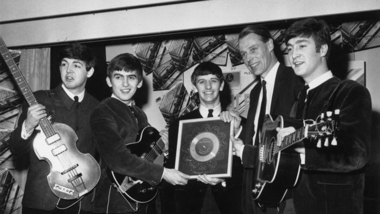 Van links naar rechts: Paul McCartney, George Harrison, Ringo Starr, George Martin en John Lennon. Beeld getty
