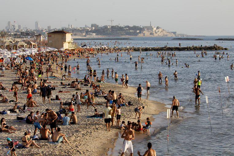 Archiefbeeld: strandgangers in Tel Aviv in mei 2020. Beeld REUTERS