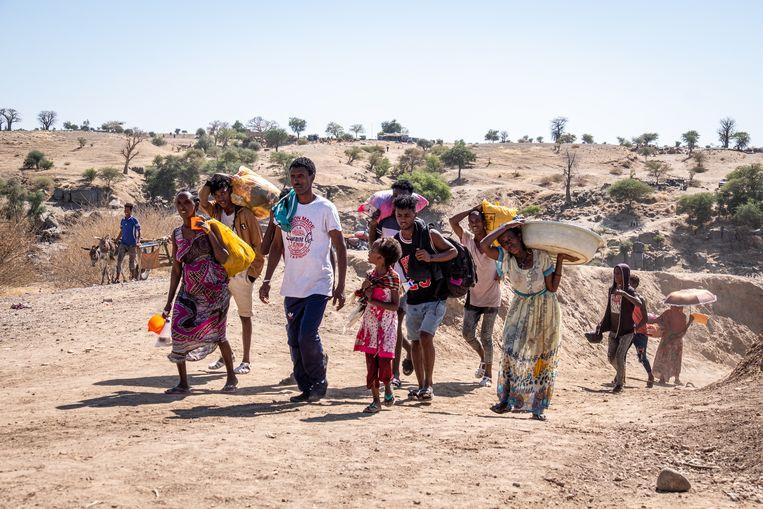Vluchtelingen bij de grensrivier tussen Ethiopië en Soedan.     Beeld Foto Joost Bastmeijer