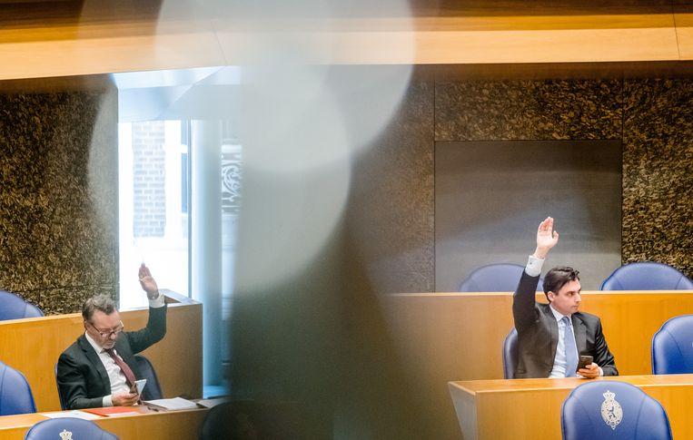 De parijgenoten Wybren van Haga (links) en Thierry Baudet tijdens het wekelijkse vragenuur in de Tweede Kamer.  Beeld ANP
