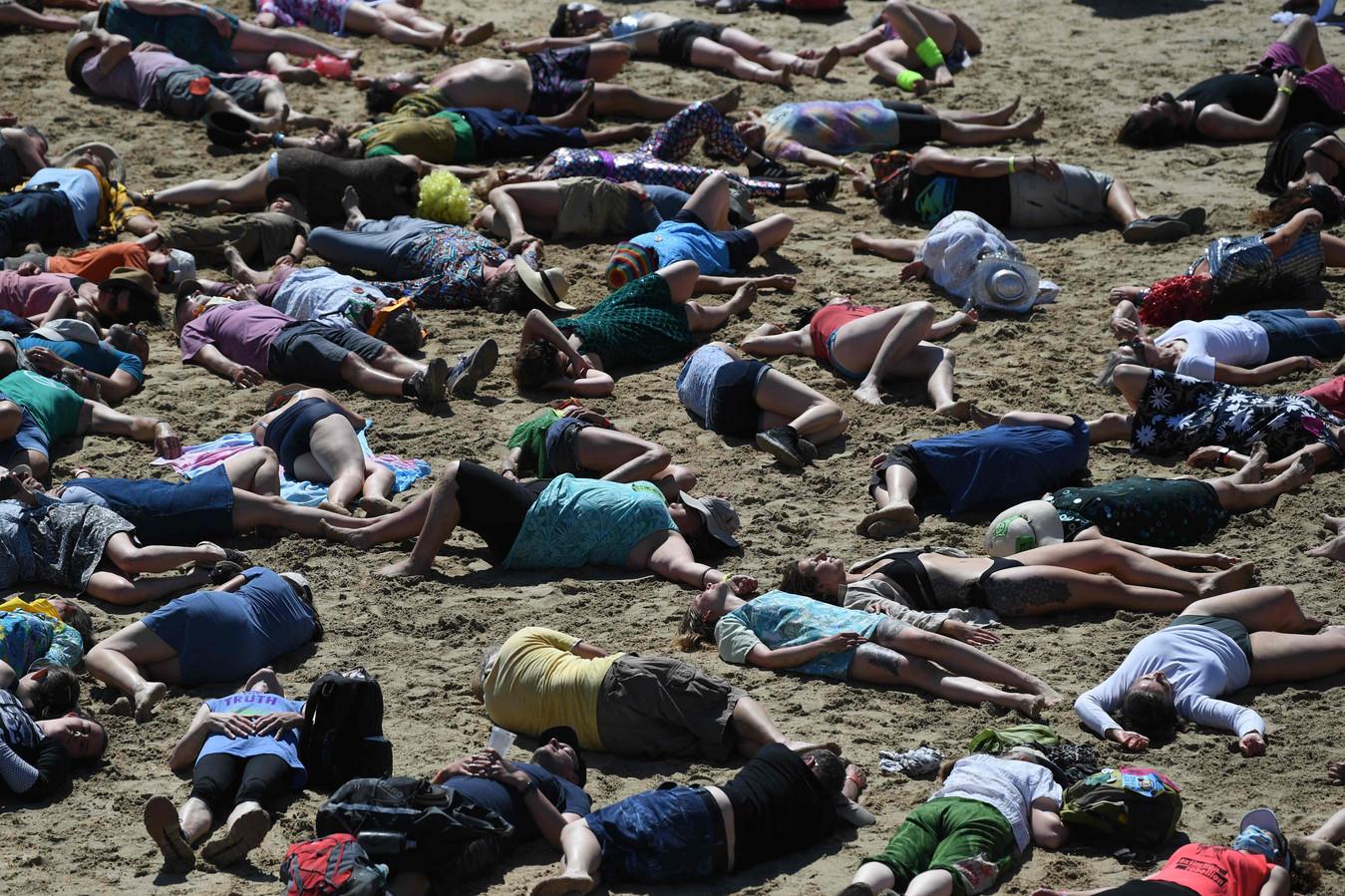 Milieu-activisten van Extinction Rebellion protesteren op een strand in de buurt van de G7-top.