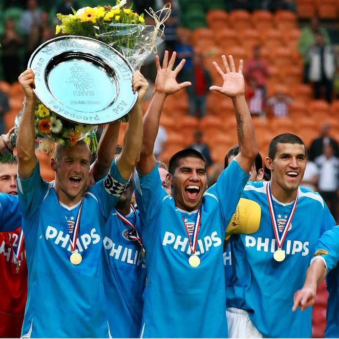 Timmy Simons, Carlos Salcido en 'Maza' Rodriguez vieren de door PSV gewonnen Johan Cruijff Schaal in 2008.