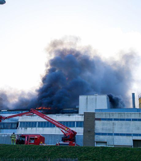 Grote uitslaande brand bij steenfabriek in Vuren