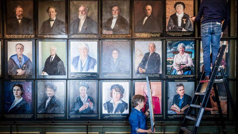 In de senaatskamer van het Academiegebouw in Leiden worden oude portretten vervangen en worden nieuwe portretten van vrouwelijke hoogleraren opgehangen. Beeld null