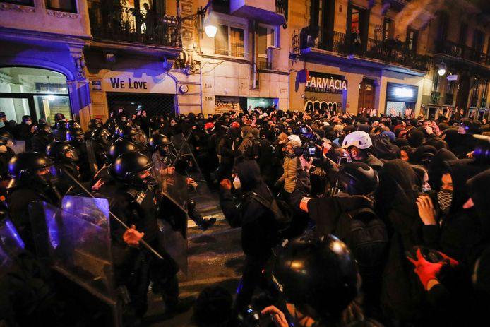 Politie grijpt in bij rellen in Barcelona tijdens een protestmars tegen de gevangenschap van de Spaanse rapper Pablo Hasél.