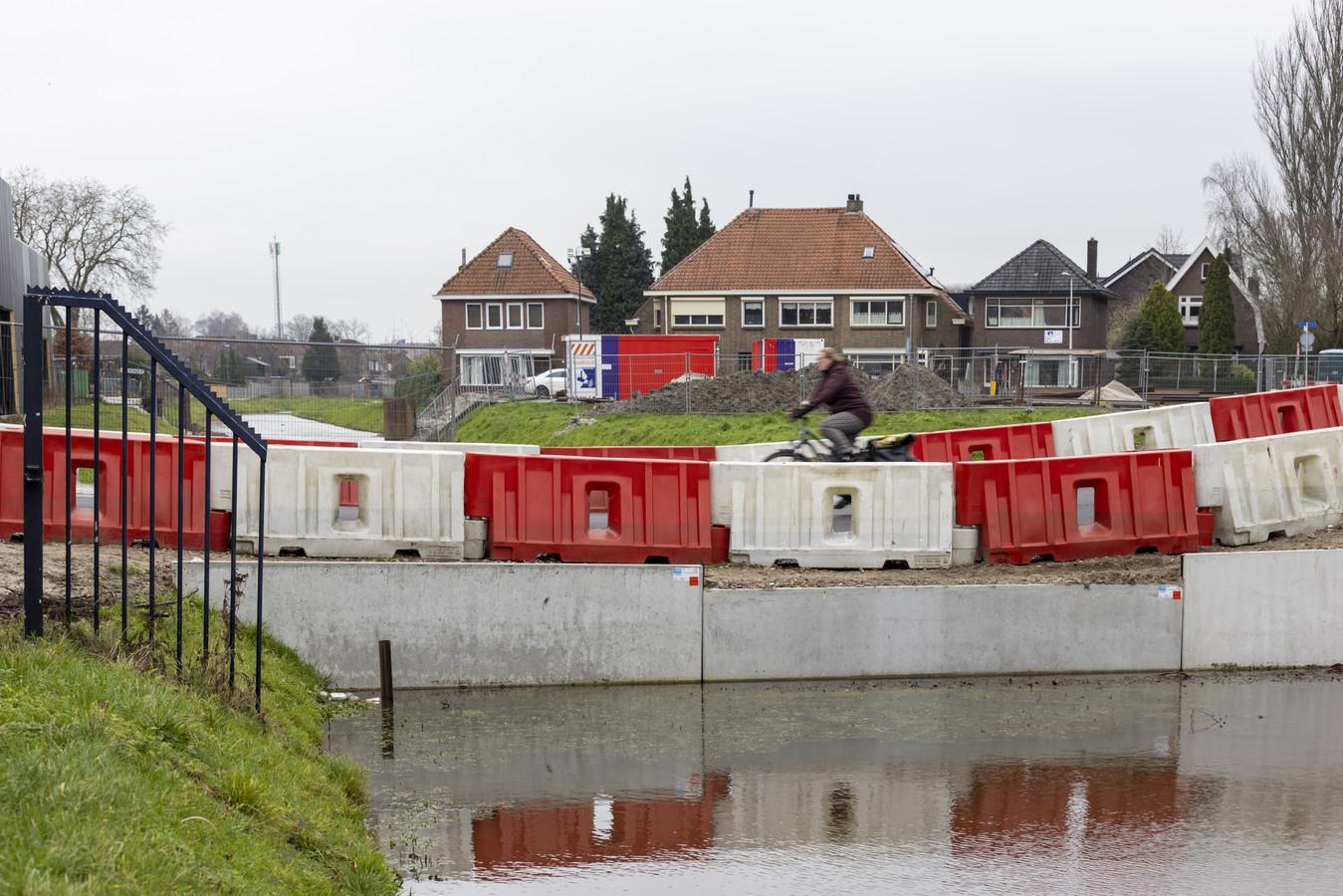 De tijdelijke weg over de dam in de Weezebeek moet nog een poosje dienst doen