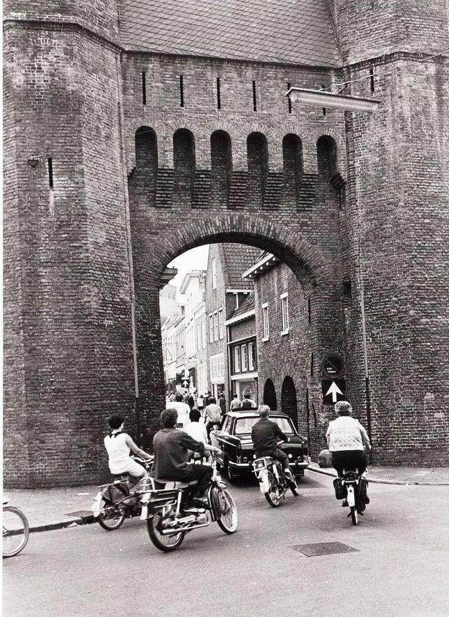 1968: vanaf de Zuidsingel met een gangetje, op de brommer of de fiets, linksaf onder de historische Kamperbinnenpoort door, de Langestraat in.