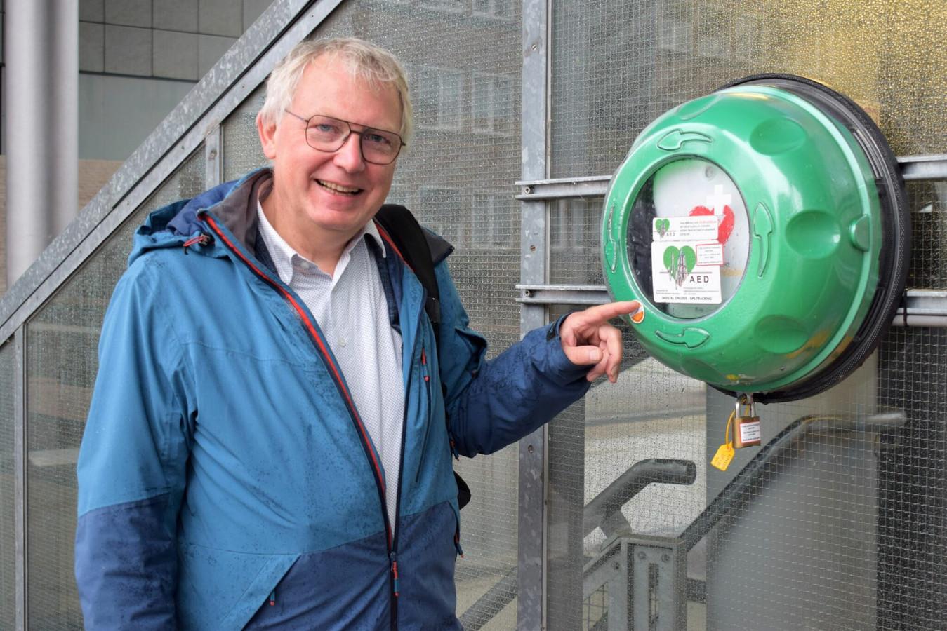 Voorzitter van het RNA, Henk Pijpers, naast een AED.