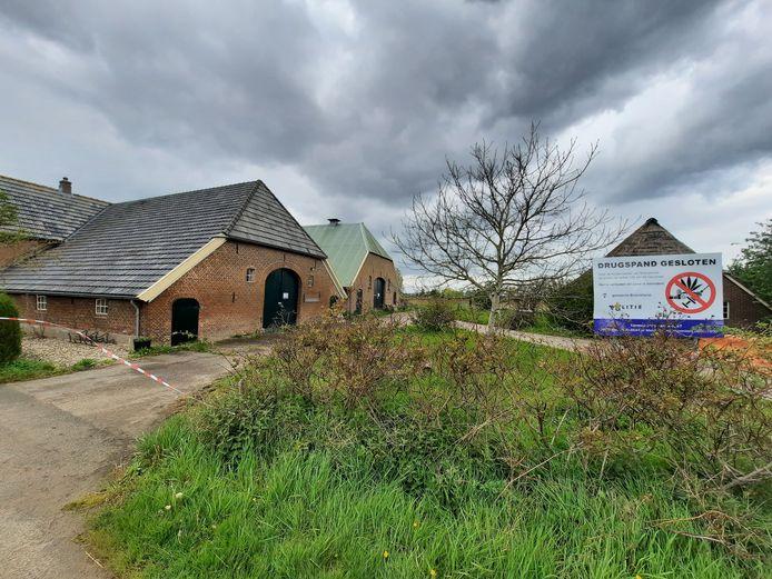 In deze boerderij aan de Dollemansstraat in Baak werd op 6 december een drugslab in aanbouw ontdekt in de schuur (groen dak). Het erf zit sindsdien op slot.
