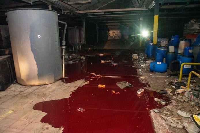 In één van de fabriekshallen werden honderden liters inkt geloosd.