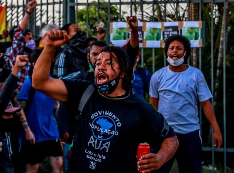 Demonstranten bij de vestiging van Carrefour in Porto Alegre waar João Alberto Silveira Freitas donderdag door twee beveiligers werd doodgeslagen. Beeld AFP