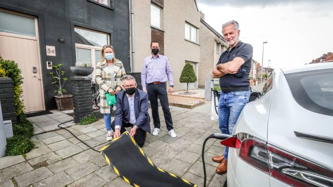 Brugse eigenaars van elektrische wagens zonder oprit mogen opladen op straat