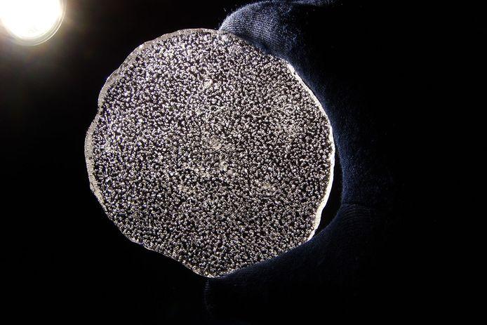 Luchtbelletjes in een schijfje poolijs.