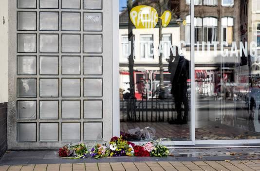 Bosjes bloemen voor de Pathé-bioscoop in Groningen, een dag nadat een echtpaar uit Slochteren dood is aangetroffen.