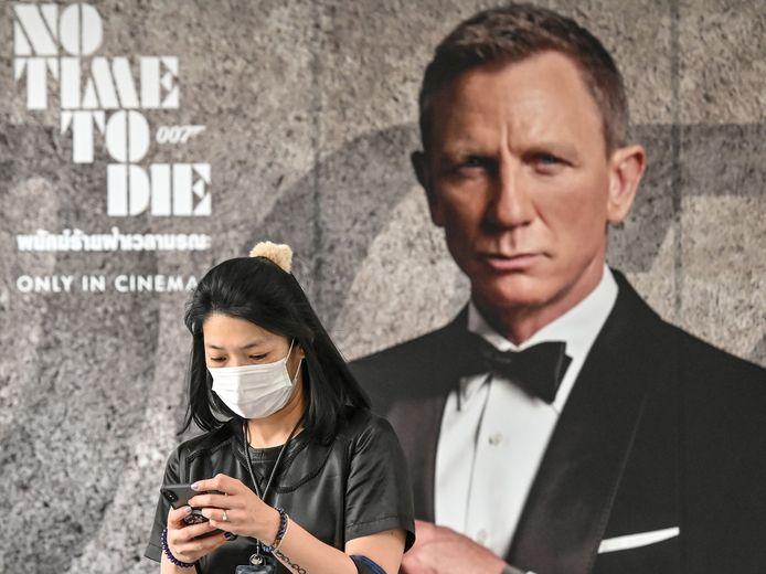 Een vrouw met gezichtsmasker voor een poster van 'No Time To Die'.