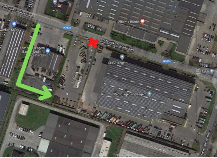 Op een plannetje is duidelijk te zien waar de nieuwe inrijstrook ligt. Wagens moeten de groene lijn volgen en komen zo in het recyclagepark terecht. De oude ingang met het Rode Kruis dient dan enkel nog als uitgang.