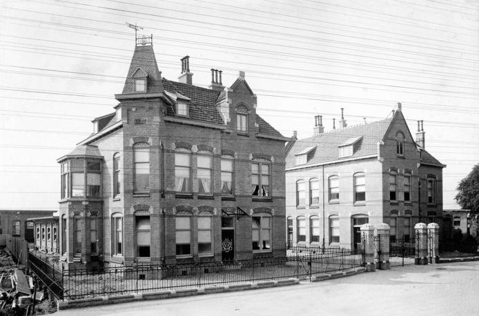 Elektriciteit en telefonie werden verspreid via kabels aan palen. Soms was het een wirwar, te zien op deze foto van de slachtplaats aan de Markettenweg (1920).