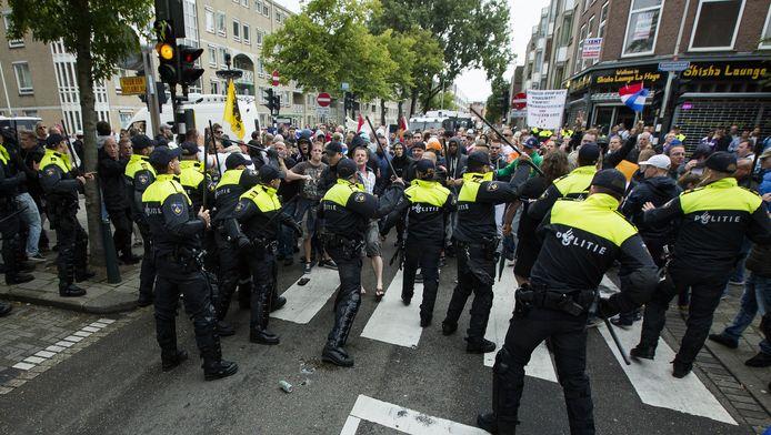 Politie bij de demonstraties in de Haagse Schilderswijk.