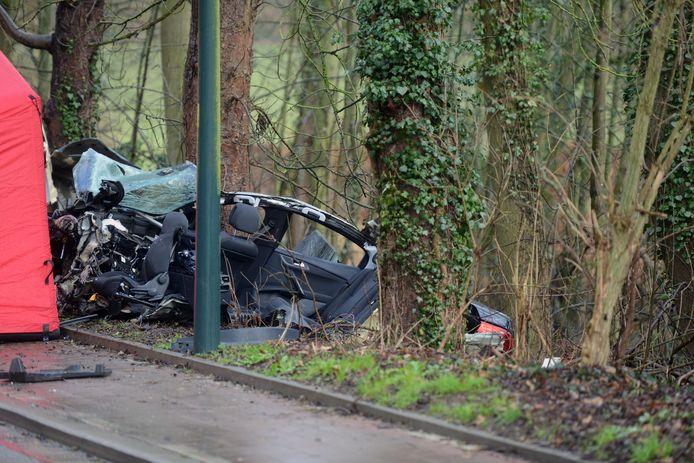 De auto van de jongeren brak in drie stukken.
