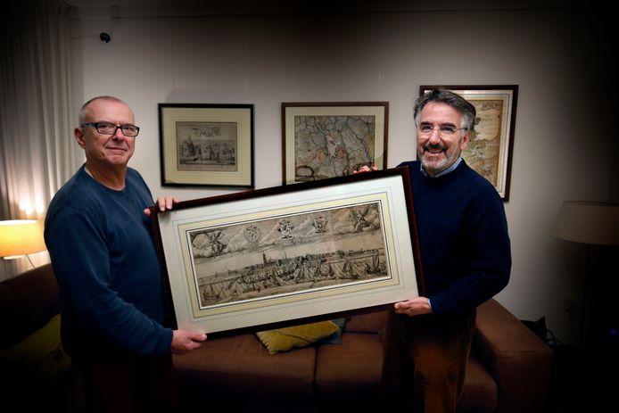 Boudewijn Verhoef (links) en Paul Mulders met een van de prenten die te zien zijn in het Hendrick Hamelhuis.
