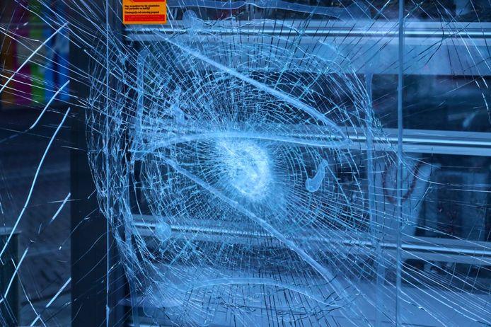 Relschoppers in de binnenstad van Enschede hebben zondagavond meer schade aangericht dan aanvankelijk leek.