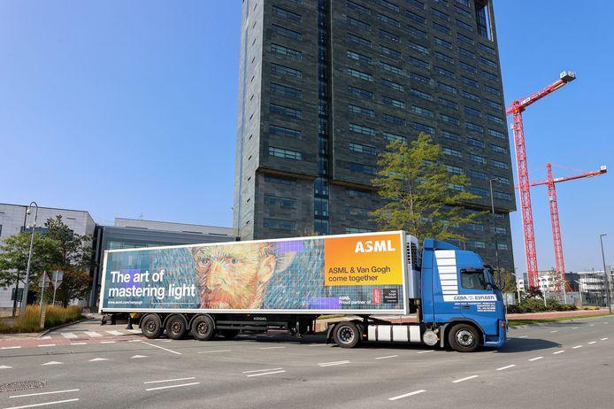 Dit najaar introduceerde ASML een truck met daarop een grote afbeelding van Vincent van Gogh.