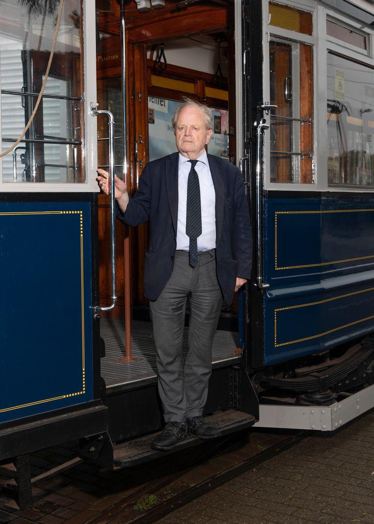 Balt Korthals Altes bij de gerenoveerde Blauwe Wagen 401: 'Ik heb tonnen geïnvesteerd, ook in andere trams.' Beeld Lin Woldendorp
