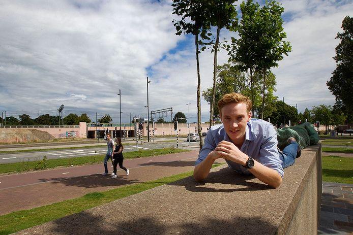 Winnaar Mathijs Dielissen op de kruising PSV-laan en Glaslaan, waar zijn idee de Pop-up Promenade volgens hem langs moet lopen.