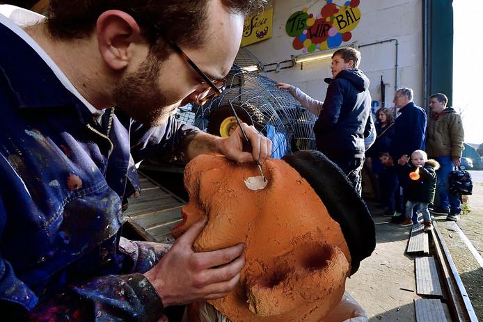 De 'koppenschilder' van Agge Mar Leut Et is nauwkeurig aan het werk terwijl belangstellenden de open dag van de bouwclubs bezoeken.
