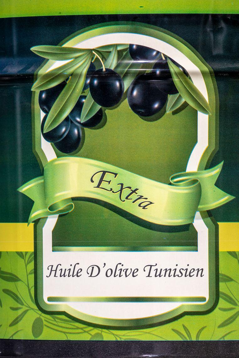 Tunesische olijfolie, zoals dat niet in Europa te vinden is in de schappen van de Europese supermarkten. Beeld Sven Torfinn / de Volkskrant