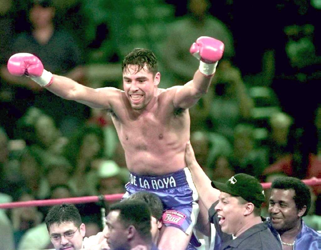 Oscar De La Hoya, World Boxing Council (WBC) kampioen weltergewicht, viert feest na het uitschakelen van David Kamau in de tweede ronde van hun gevecht  op 14 juni 1997 in The Alamodome in San Antonio, TX.