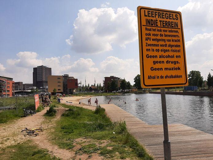 Het stadsstrand in Almelo. Aangelegd met toestemming van de gemeente, maar diezelfde gemeente ontraadt er te zwemmen.