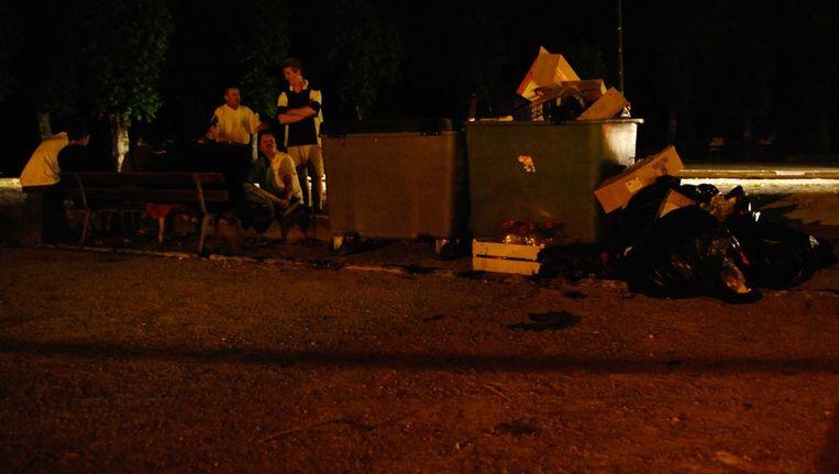 Feestgangers op een bankje nadat het incident zich had voltrokken. Beeld afp