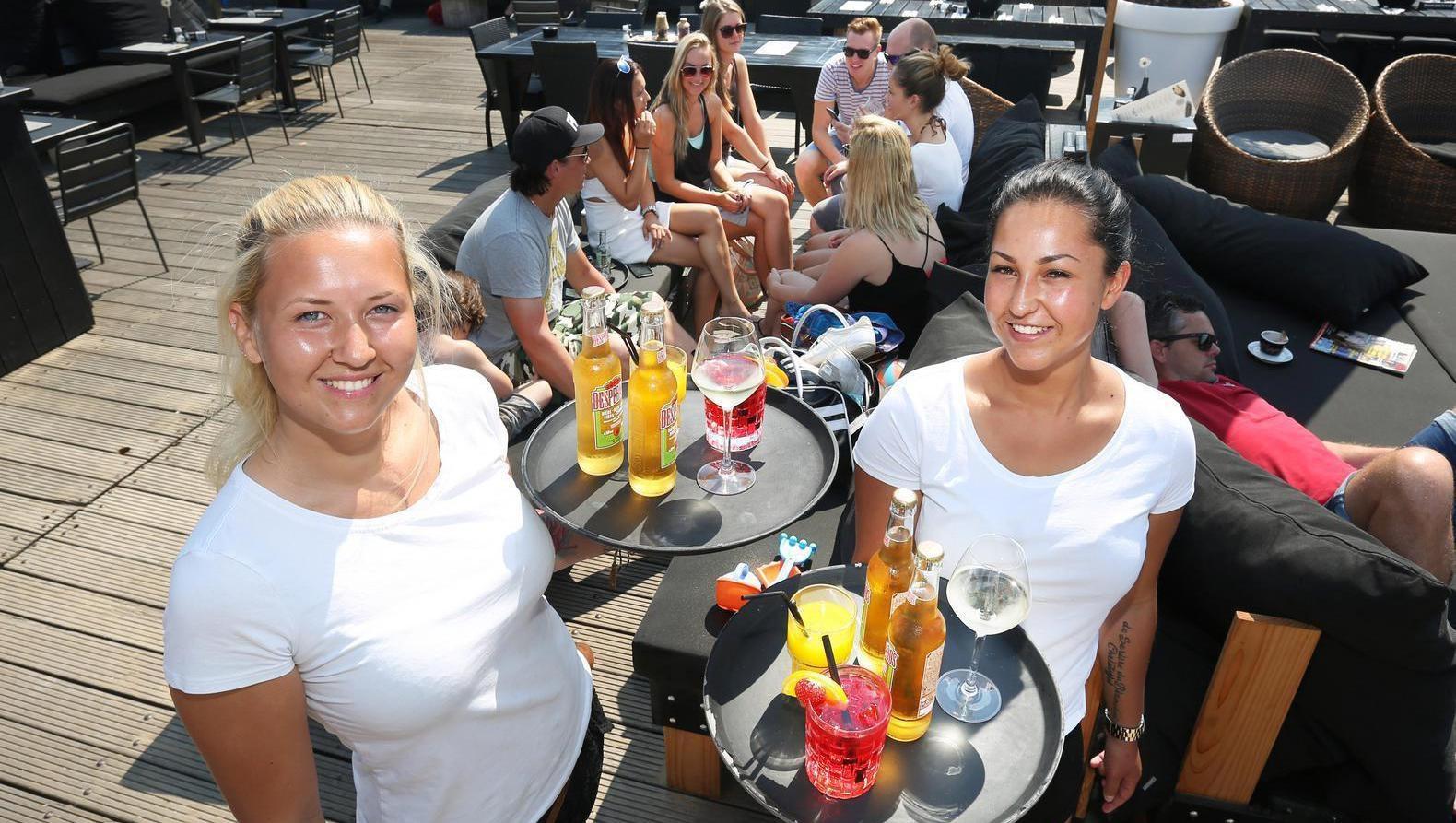 De blonde Jamie en donkere Joelle zijn al jaren de vaste pijlers op het terras van strandpaviljoen Wij in Scheveningen.