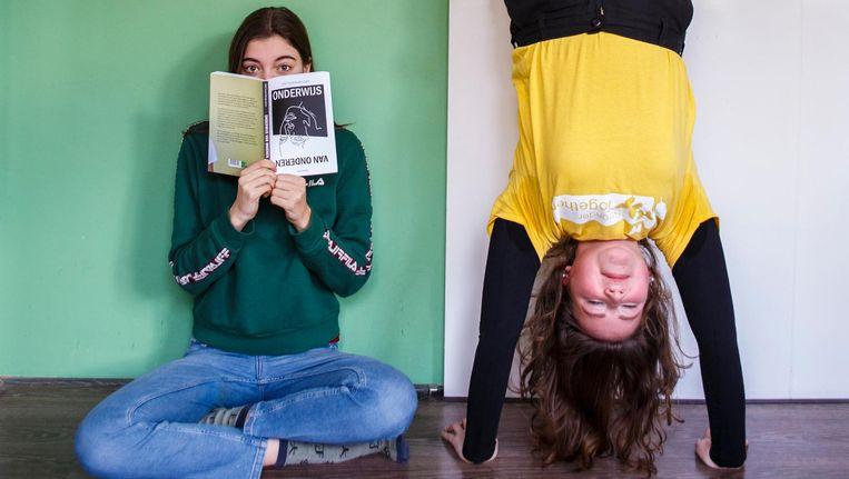 Filine Peek (met boek) en Cato Hindriks Beeld Carly Wollaert