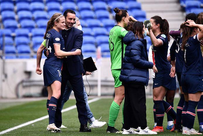 Olivier Echouafni viert de zege met captain Irene Paredes.