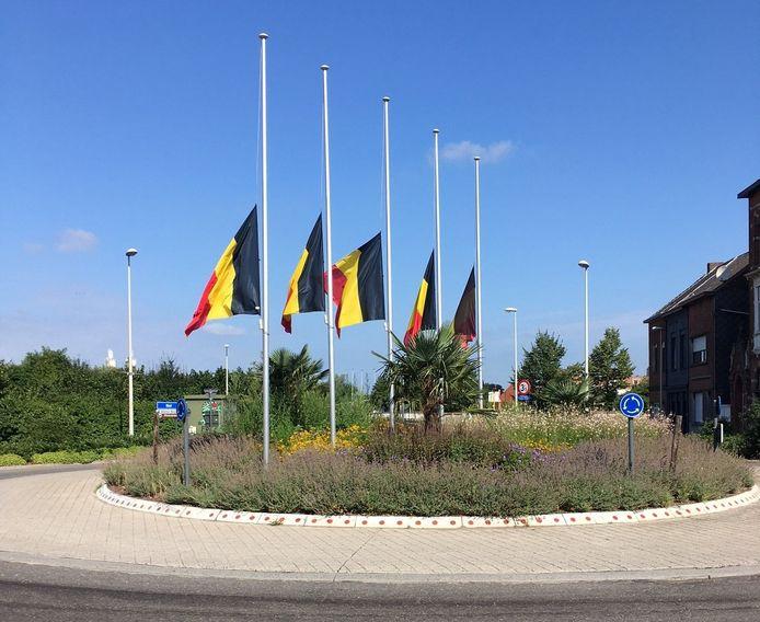 De vlaggen hangen halfstok in Boom