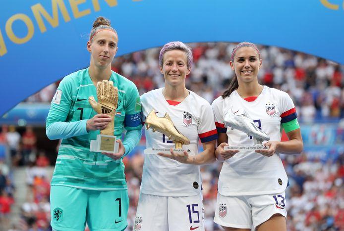 Sari van Veenendaal (l) poseert als beste keeper van het toernooi met Megan Rapinoe en Alex Morgan, de winnaars van de Gouden en Zilveren Schoen.
