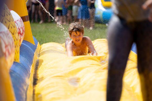 Het was heet tijdens het jaarlijkse Springkastelenfestival. Gelukkig was er water om verkoeling te brengen.