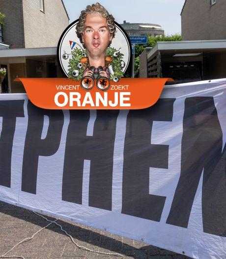 René uit Zutphen heeft volgens de UEFA een te groot spandoek. Maar daarop heeft deze Oranjefan iets op gevonden