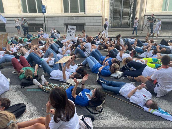 Les manifestants se sont couchés sur la chaussée, rue de la Loi