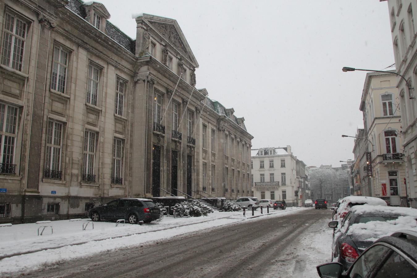 De omgeving van het Kortrijkse gerechtsgebouw lag er besneeuwd bij