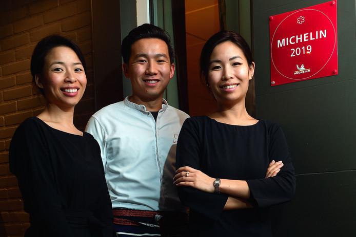Wendy (links), Mike en Monica Tsang van restaurant O&O in Sint Willebrord bij de plaquette met Michelinster die nu een jaar bij de voordeur hangt. 'Je weet niet wat je overkomt als je hem krijgt!'
